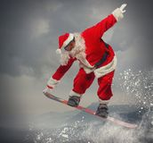 Santa Claus avec le surf des neiges Photos stock
