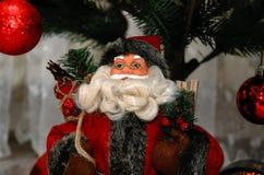 Santa Claus avec un sac des cadeaux Figurine de Noël Photos libres de droits