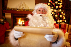Santa Claus avec une liste de souhaits d'enfants Image stock