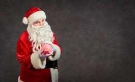 Santa Claus avec une tirelire sur un fond pour le texte photographie stock libre de droits