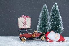 Santa Claus bär gåvorna i bilen Arkivfoto
