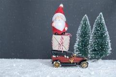 Santa Claus bär gåvorna i bilen Royaltyfria Foton