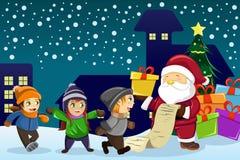 Santa Claus bärande gåva och rymma en känd lista med ungar a Arkivbilder