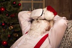 Santa Claus bärande virtuell verklighethörlurar med mikrofon Royaltyfria Foton