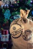 Santa Claus Bag debajo del árbol de navidad, fondo festivo de Navidad Imagenes de archivo