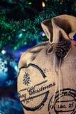 Santa Claus Bag debajo del árbol de navidad, fondo festivo de Navidad Fotografía de archivo libre de regalías