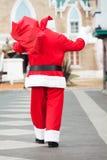 Santa Claus With Bag Waving While que camina adentro Imagen de archivo