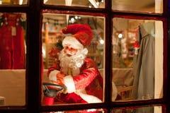 Santa Claus bak fönstret Arkivfoto