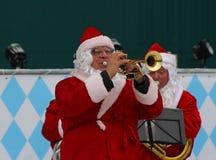 Santa Claus-Band führt Weihnachtslieder im Park Gorkogo in Moskau durch Stockfotos