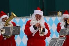 Santa Claus-Band führt Weihnachtslieder im Park Gorkogo in Moskau durch Stockfotografie