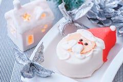 Santa Claus-beeldje van marsepein op de lijst van het Nieuwjaar Nieuw jaar` s ontwerp Decoratie van de feestelijke lijst stock foto's