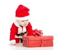 Santa Claus behandla som ett barn med gåvaasken på white Royaltyfria Bilder