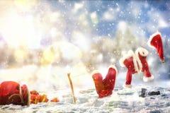 Santa Claus beklär att ligga på ett rep på snöig landskap Royaltyfria Bilder