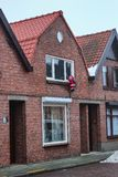 Santa Claus beklimt in het huis vóór Kerstmis om giften in België te zetten stock afbeelding