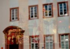 Santa Claus-bezinning met een voorgevelbeeld stock foto