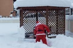 Santa Claus bierze z łopatą śnieżną daleko od robić sposobowi bezpłatny wewnątrz Obrazy Stock