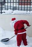 Santa Claus bierze z łopata śniegiem daleko od Zdjęcie Royalty Free