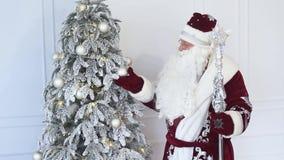 Santa Claus blisko choinki przy bożymi narodzeniami zdjęcie wideo