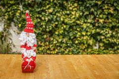 Santa Claus bonito em uma tabela de madeira com um fundo verde Imagem de Stock