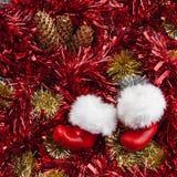Santa Claus Boots - Kerstmispanorama met klatergoud en denneappel stock fotografie