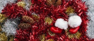 Santa Claus Boots - Kerstmispanorama met klatergoud en denneappel royalty-vrije stock foto