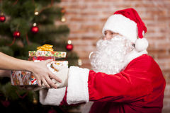 Santa Claus brings Christmas gift Royalty Free Stock Photos