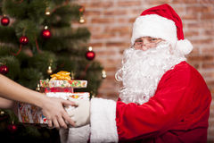 Santa Claus brings Christmas gift Royalty Free Stock Photography