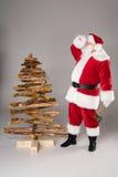 Santa Claus cansado com árvore de Natal Fotografia de Stock