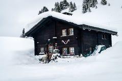 Santa Claus Chalet omvat met sneeuw royalty-vrije stock foto