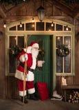 Santa Claus che batte nella porta Immagine Stock