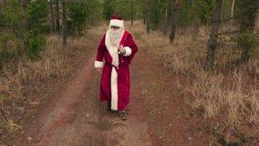 Santa Claus che cammina e dice uff, noioso, uff stock footage