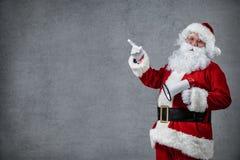 Santa Claus che indica nel segno in bianco Fotografia Stock Libera da Diritti