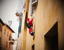 Santa Claus che scala dalla finestra Fotografia Stock