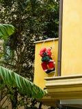 Santa Claus che scala dalla finestra sulle scale ` S del nuovo anno e Natale fotografie stock