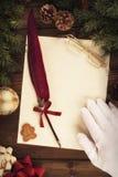 Santa Claus che scrive una lettera, direttamente sopra fotografia stock