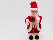 Santa Claus che tiene un contenitore di regalo rosso su fondo bianco Fotografia Stock