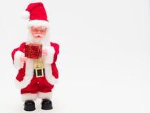 Santa Claus che tiene un contenitore di regalo rosso su fondo bianco Immagini Stock
