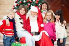 Santa Claus And Children felice Fotografia Stock Libera da Diritti