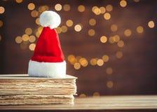 Santa Claus Christmas hatt och gamla böcker Royaltyfri Foto