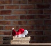 Santa Claus Christmas hattar och gamla böcker Royaltyfri Bild