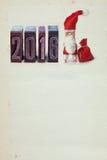Santa Claus Clothespin und 2016 geschrieben mit farbigem Weinlesebriefbeschwerer Lizenzfreies Stockfoto