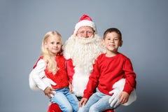 Santa Claus com crianças bonitos fotografia de stock royalty free