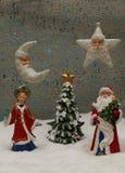 Santa Claus com a donzela da neve na neve com uma árvore de Natal verde Foto de Stock