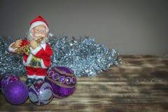 Santa Claus com os ornamento na decoração do ano novo e da Páscoa foto de stock