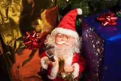 Santa Claus com pacote do presente foto de stock
