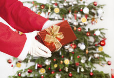 Santa Claus com parte dianteira do presente da árvore Fotos de Stock Royalty Free