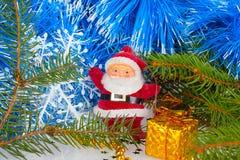 Santa Claus com presente Fotos de Stock Royalty Free