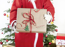 Santa Claus com presente grande Fotos de Stock