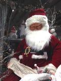 Santa Claus com sua lista do Natal de nomes imagens de stock