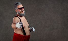 Santa Claus com um charuto desencapado da barriga em seus dentes contra fotografia de stock